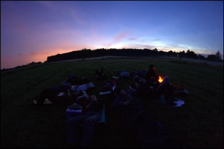 Obserwatorzy w trakcie obserwacji meteorów. (K.P © Obóz PKIM Ostrowik 2009)